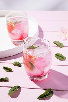 Glas mit kaltem erdbeergetränk