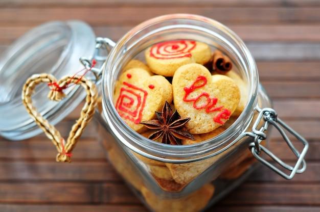 Glas mit keksen in form von herzen