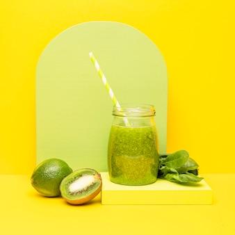 Glas mit kiwi frischem smoothie