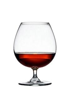 Glas mit kognak auf dem weißen hintergrund lokalisiert. vorderansicht. nahaufnahme. hohe auflösung