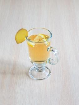 Glas mit kombucha-pilzgetränk und zitrone. antivirales getränk. stärkung des immunsystemkonzepts
