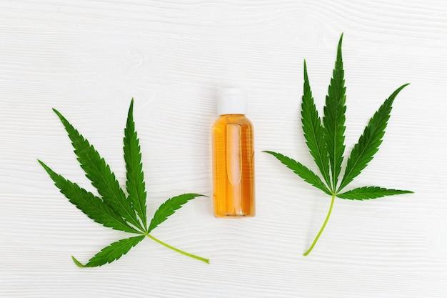 Glas mit kosmetischem produkt mit cannabisöl