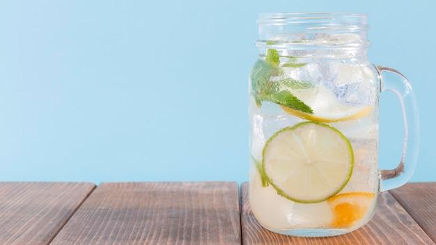 Glas mit limetten- und zitronengetränk