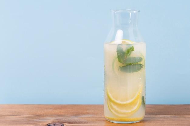 Glas mit limonade auf dem tisch