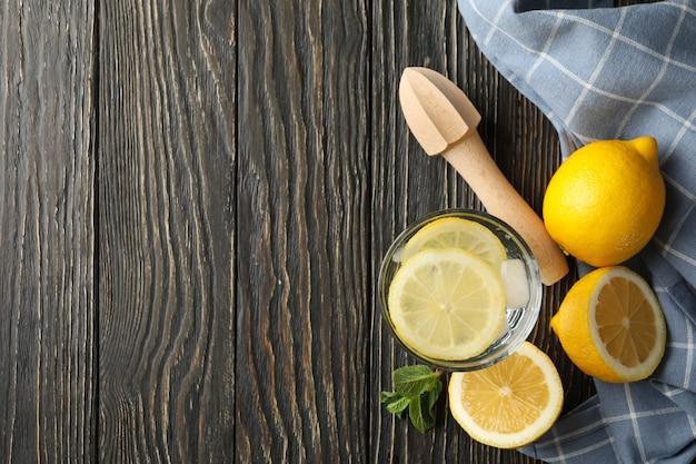 Glas mit limonade und zutaten auf holzoberfläche, draufsicht