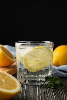 Glas mit limonade und zutaten auf holzoberfläche, nahaufnahme