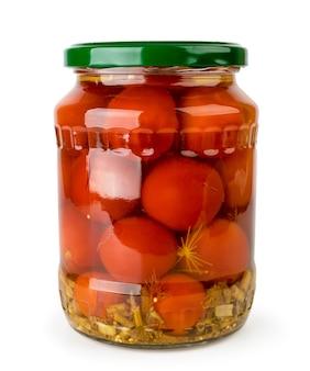 Glas mit marinierten tomaten isoliert