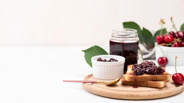 Glas mit marmelade und brot arrangement