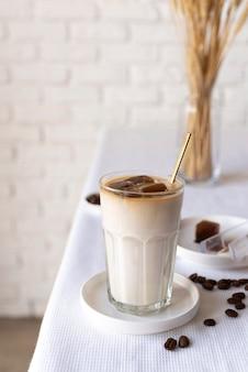 Glas mit milch und schokolade