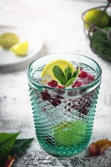 Glas mit moosbeer- und zitronencocktail.