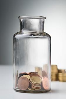 Glas mit münzen sparen