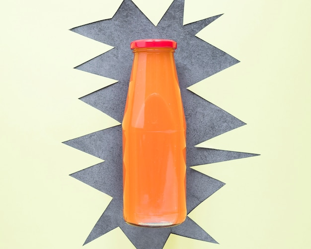 Glas mit orangefarbenem smoothie