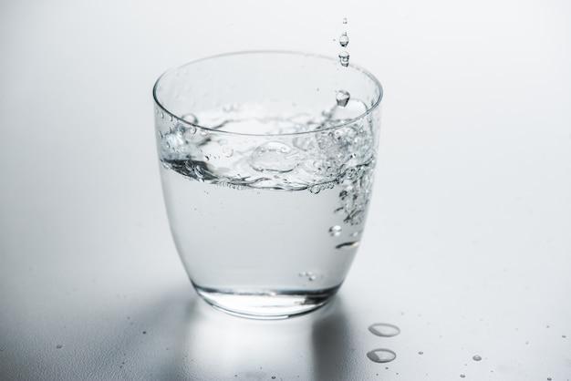 Glas mit reinem wasser