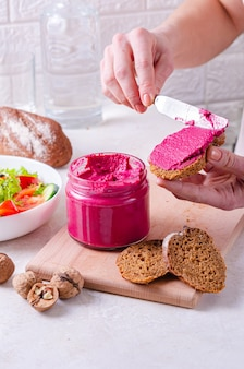 Glas mit rote-bete-pastete. gesunde ernährung, veganes system. angenehm appetitlicher snack - sandwich mit roter bete und walnusspastete