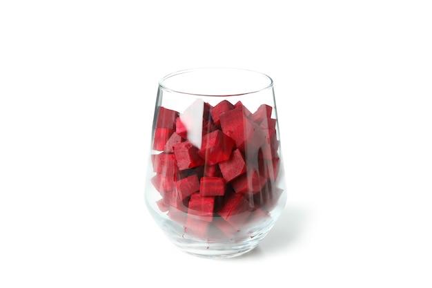 Glas mit rote-bete-würfeln auf weißem hintergrund