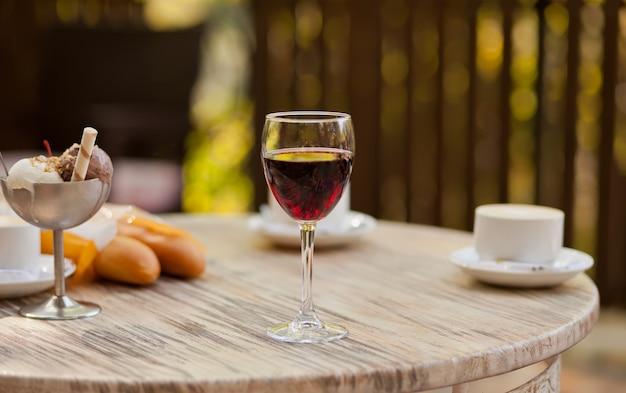 Glas mit rotwein auf dem tisch in einem café