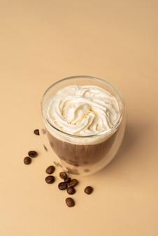 Glas mit schlagsahne und kaffee