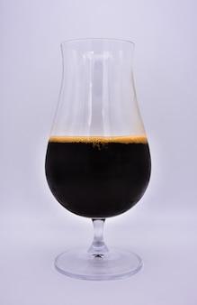 Glas mit schwarzem bier verschließen
