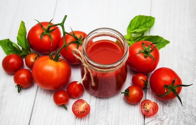 Glas mit tomatensauce