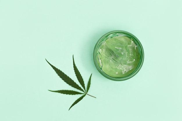 Glas mit transparentem kosmetikprodukt, gel oder creme mit cannabisöl