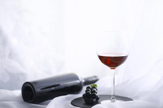 Glas mit traubenrotem halbtrockenem wein. valentinstag-konzept-hintergrund. geschenk für den urlaub. süßer sekt.