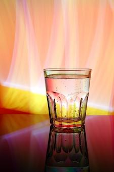 Glas mit wasser, abstrakte farbe