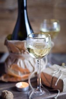 Glas mit wein am romantischen datum