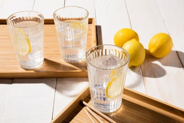 Glas mit zitronengetränk