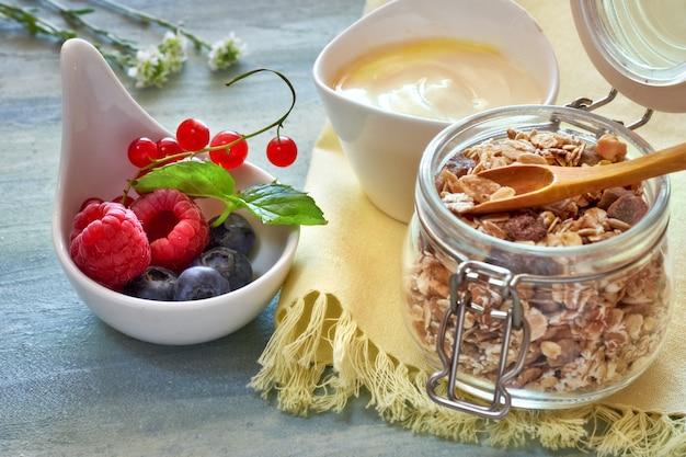 Glas müsli mit joghurt und beeren, gesunder nachtisch
