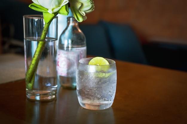 Glas oder frisches mineralwasser mit limettenscheibe