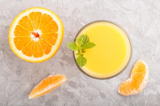 Glas orangensaft. ansicht von oben
