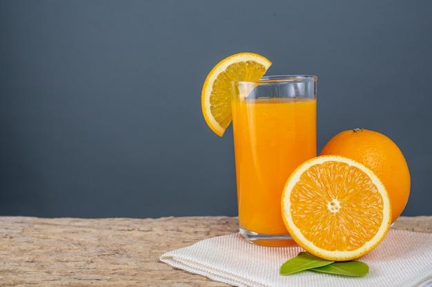Glas orangensaft gesetzt auf holz.