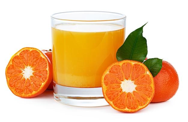 Glas orangensaft isoliert auf weiß