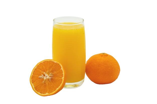 Glas orangensaft mit halbgeschnittener mandarine auf weißem hintergrund