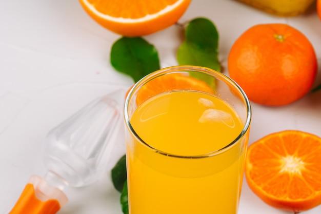 Glas orangensaft und orangenscheiben