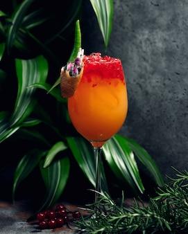 Glas orangensaftgetränk mit eis und orangenschnitzeln
