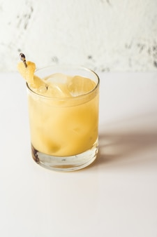 Glas penicillin cocktail auf weißem tisch
