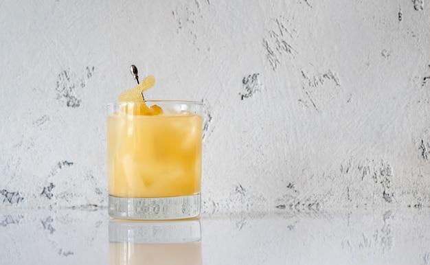 Glas penicillin cocktail auf weißer oberfläche