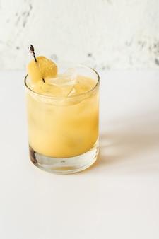 Glas penicillin cocktail garniert mit kandiertem ingwer