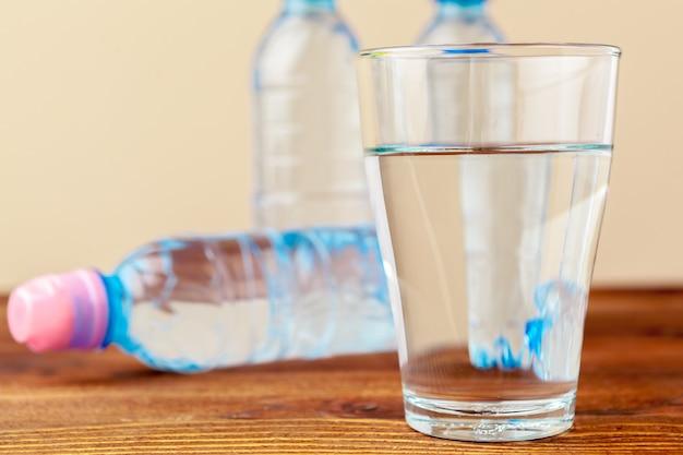 Glas reines wasser auf küchentisch
