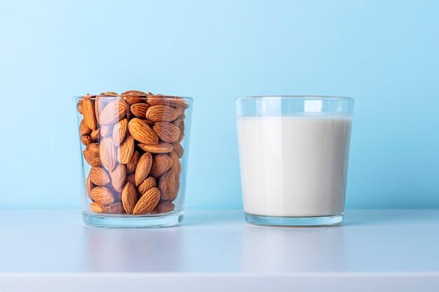 Glas rohe mandeln und glas pflanzenmilch