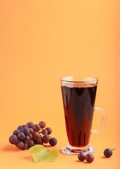Glas roter traubensaft. seitenansicht