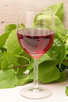 Glas rotwein auf einem holztisch