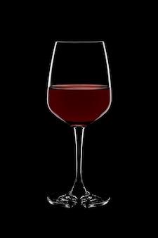 Glas rotwein auf schwarzem hintergrund