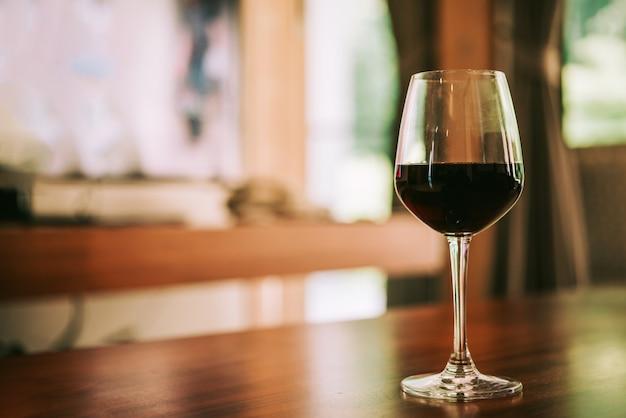 Glas rotwein auf tabelle im haus