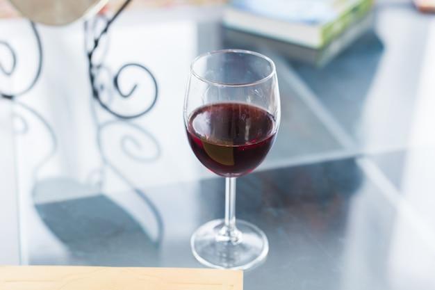 Glas rotwein auf tischnahaufnahme