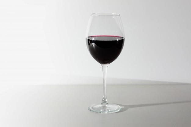 Glas rotwein getrennt auf weiß