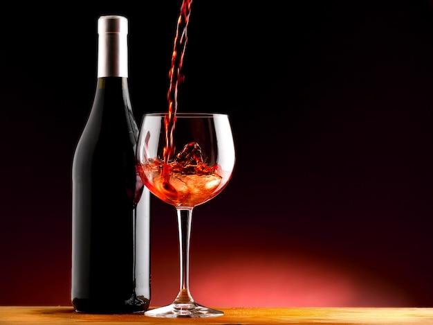 Glas rotwein in einem verkostungskeller