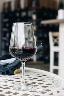 Glas rotwein in einer weinhandlung