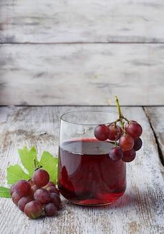 Glas rotwein mit beeren